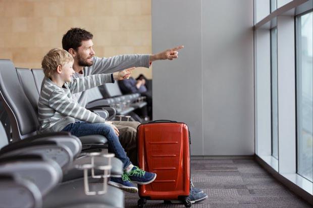 به کودکان بزرگتر چمدان چرخدار بدهید